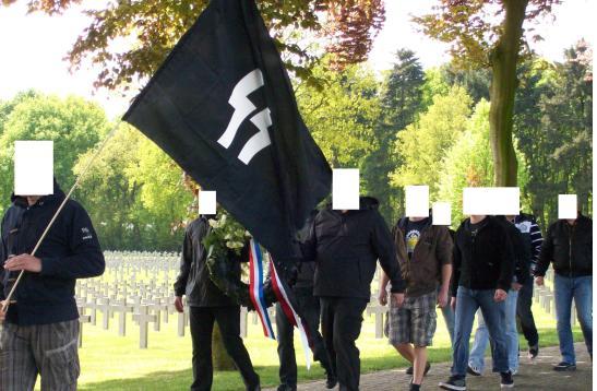 Willem van Dijk met SS-vlag en Tom van den Hoek met hakenkruisshirt op de militaire begraafplaats Ysselsteyn, 2013