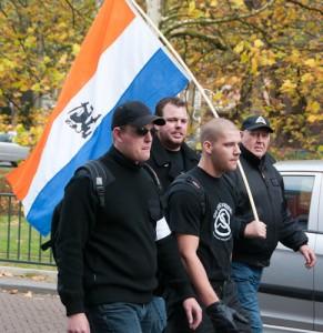 Jeroen Boers (kaal) op demonstratie Nederlandse Volks-Unie samen met Jeroen van den Berg (met zonnebril), oktober 2010. Van den Berg is lid van Ulfhednar. Hij moet volgende week met enkele Ulfhednar-kameraden voor de rechter verschijnen vanwege illegaal vuurwapenbezit
