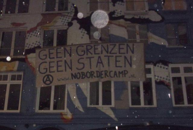 Ook in Amsterdam hangt een spandoek ter aankondiging van het No Border Camp