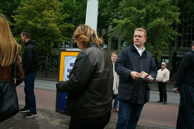 Paul Peters distributes stickers at PVV demonstration