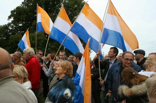 Prinsenvlaggen op PVV manifestatie