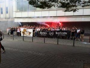 Roda JC en Alemannia Aachen fans maken Hitlergroet