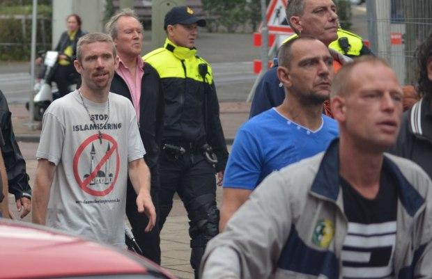 Ben van der Kooi met Stop islamisering t-shirt