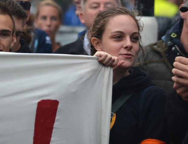 Gertrud Bossdorf van het extreem-rechtse Identitair Verzet met ordedienst band om haar arm