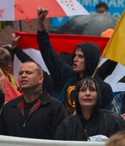 Johnboy Willemse en Patricia Visser van de NVU. Achter hen een man in een Identitair Verzet trui