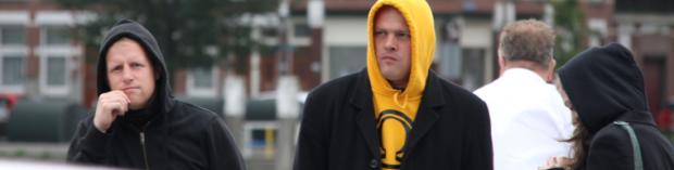 Paul Peters met gele trui met Identitair Verzet  logo. Rotterdam, 7 augustus 2013