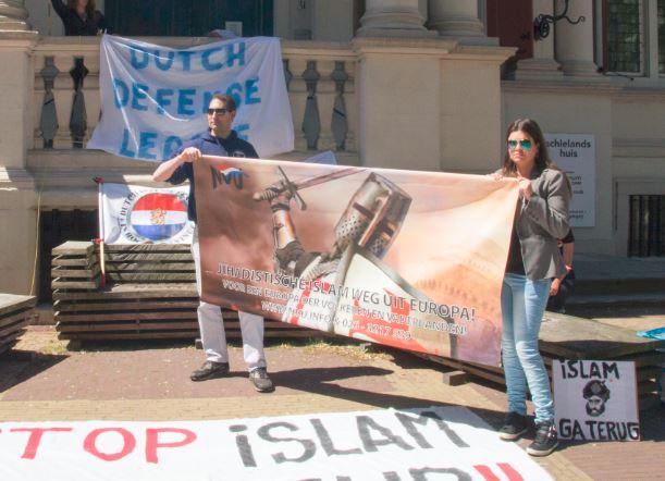 NVU activisten Peter Bieleveld en Simone Magretti met partijspandoek op DDL demonstratie, Rotterdam 24 mei 2015