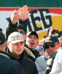 Owen Koenekoop brengt Hitlergroet rechts naast hem Barry Kluft. (Foto copyright Kafka.nl)