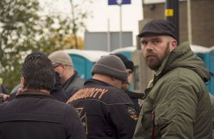 Ronald Kiewiet (pet) met andere leden 'United We Stand Holland' bij NVU-demonstratie Maassluis, 12 november 2016