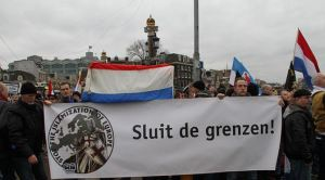 Spandoek op Pegida demonstratie in Amsterdam, 6 februari 2016