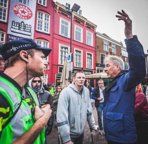 Michael Jansen (met krukken) naast Pegida leider Edwin Wagensveld in Utrecht